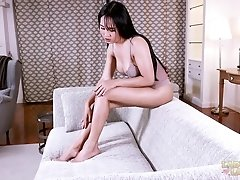 Hell yeah Meme is fucking one of her favorite dildo and her itching ass is crying with joy! This shaved-cock cummer starts off using her wandering fin